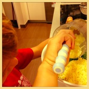 Mi hijo Pablo (el peque) ayudándome. A los tres les encanta echarme una mano en la cocina